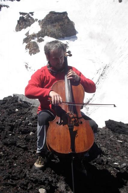 Un violoncello<br/> sul Monte Fuji